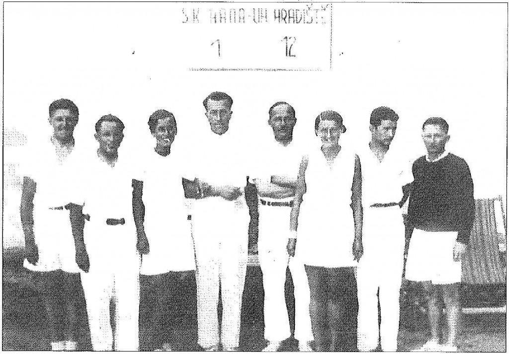 Družstvo ČSK Uh. Hradiště kolem r. 1923. Zleva: K. Trpík, dr. Šimerka, Gréta Kučová, dr. Ševčík, Prusenovský, Blanka Trpíková, P. Nevyjel, Košut.